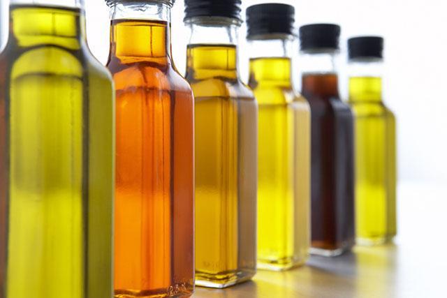 Кладезь витамина Е - нерафинированные масла: оливковое, зародышей злаковых растений, косточек черной смородины, соевое, кунжутное, подсолнечное